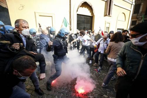 """Scontri e bombe carta. La rivolta di """"IoApro"""" in piazza"""