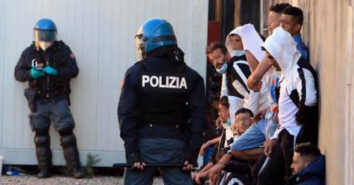 Rivolte, violenze, fughe: nel centro migranti è caos