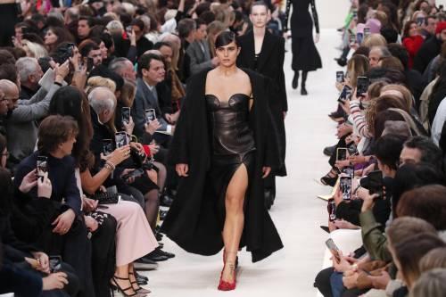 Valentino s-veste la fluidità di genere. La moda diventa una tribuna politica