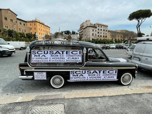 """Cimiteri romani al collasso: """"Costretti ad arrivare in Calabria per una cremazione"""""""