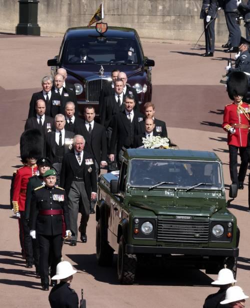 La solitudine della Regina un passo indietro al suo Filippo