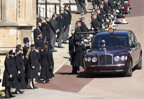 Il pianto della Regina, il dolore di Carlo. Per l'addio al nonno William e Harry tornano a parlarsi