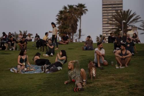 Israele fa sparire le mascherine all'aperto. Sieri e riaperture: un modello da imitare