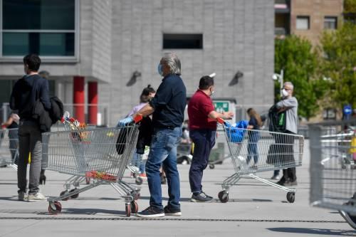 Il virus sui carrelli e i pos: come ci si contagia ai supermercati
