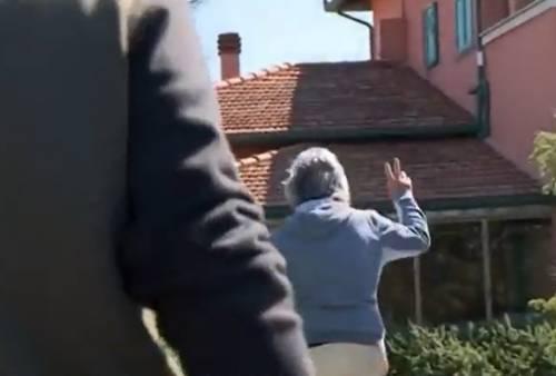 """""""È pentito del video?"""". Ma Grillo fa il segno della vittoria"""
