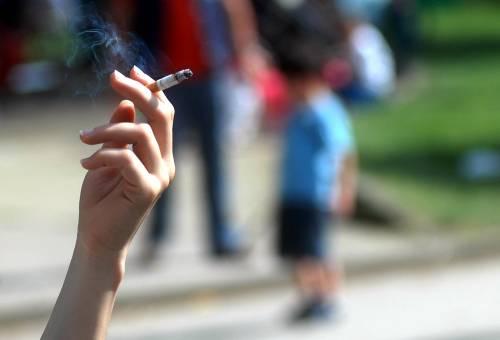 """Patrigno faceva prostituire figliastra 12enne per """"comprarsi le sigarette"""""""