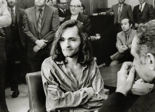 """""""Venduto per una birra"""". Charles Manson, il musicista dall'anima criminale"""