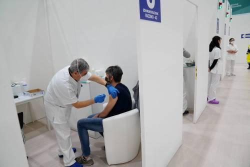 Vaccini, ora tocca  ai cinquantenni. Riparte campagna per gli insegnanti