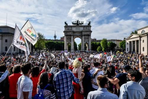 Quasi 8mila all'Arco nella piazza arcobaleno. Fedez conta più del Pd