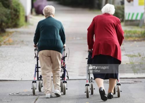 Ecco i bonus per gli anziani: le cifre per colf e badanti