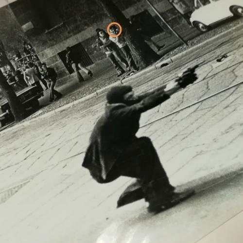 Gli scatti segreti del reporter di sinistra: cosa c'è dietro la foto simbolo degli Anni di piombo