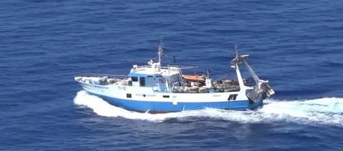Speronamenti e lanci di pietre: nuovo attacco a un peschereccio italiano