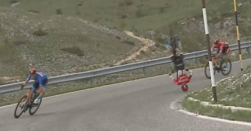 Volo in discesa e bici spezzata in due: incidente choc al Giro d'Italia