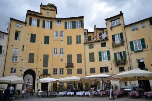 Weekend a Lucca: passeggiata sulle mura, dove mangiare e un po' di vintage