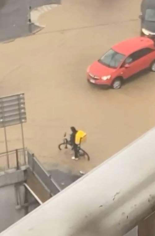 """""""Sala non fa manutenzioni"""": così Milano si allaga con un temporale"""