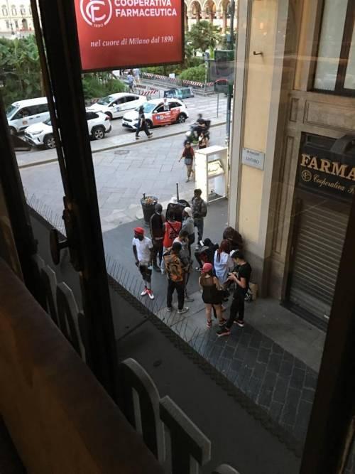 """A Milano si spaccia anche in Duomo: """"Che bel biglietto da visita per la città di Beppe Sala"""""""