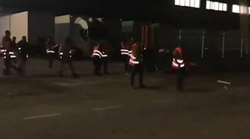 Scontri alla FedEx-Tnt: botte con spranghe, 9 feriti