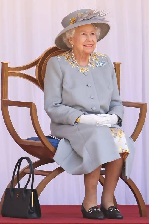 """La """"sfilata"""" senza Filippo: quel dettaglio nell'abito della Regina"""