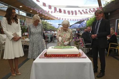 Stupore al G7: la Regina taglia la torta con una spada
