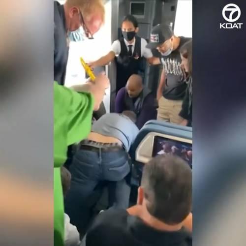 Passeggero tenta di aprire portellone dell'aereo durante il volo
