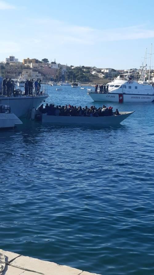 Sbarchi senza fine: l'hotspot di Lampedusa è (ancora) al collasso