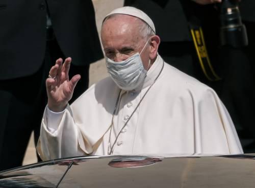 """Il Papa scherza con tutti. I risultati degli esami: """"È escluso un tumore"""""""