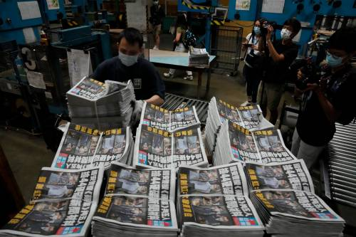 Hong Kong, in coda per comprare l'Apple Daily. E sugli arresti è scontro Washington-Pechino