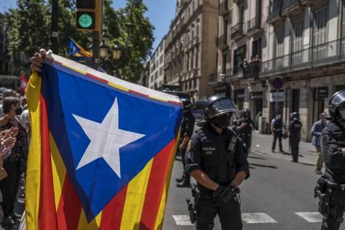 Madrid regala la libertà ai separatisti catalani. Ma la Spagna si divide