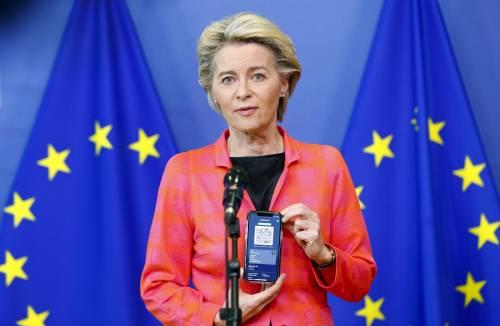 Domani entra in vigore il green pass europeo. Per le regole di Bruxelles una dose non basta