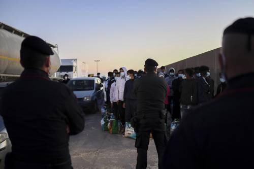 Migranti morti nel naufragio, sbarchi a raffica e hotspot al collasso: caos Lampedusa