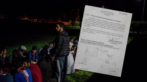 In foto migranti pakistani e afghani arrivati in Italia