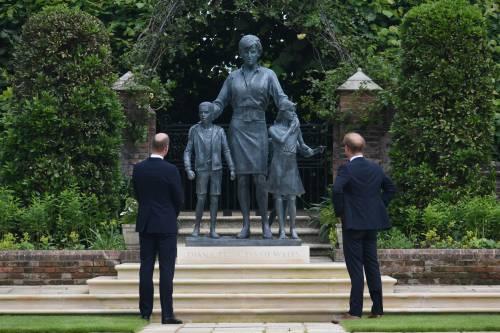 """""""Vorremmo che fosse con noi"""": William e Harry si ritrovano davanti a Lady D."""