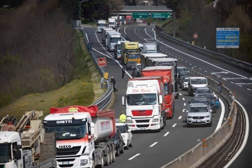 Caos sulla Milano-Genova. Rivolta dei camionisti: i tir abbandonati in strada