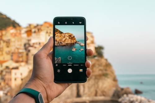 WhatsApp ci ripensa: la rivoluzione per video e foto