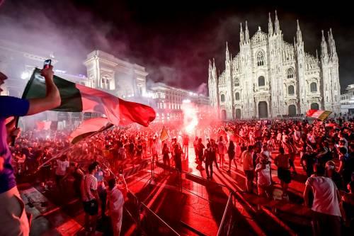 Piazza Italia esplode di gioia, il Tricolore come mascherina