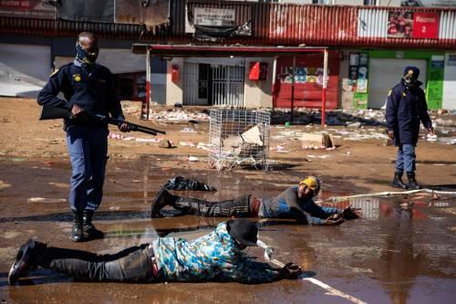 Rivolta nel Sudafrica in ginocchio. Violenza nelle strade: 45 morti