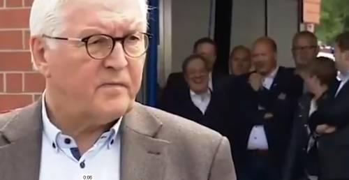 Il delfino della Merkel ride sul luogo dei disastri: è polemica