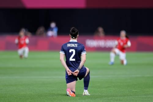 Dopo gli Europei anche alle Olimpiadi arriva la moda dei calciatori in ginocchio