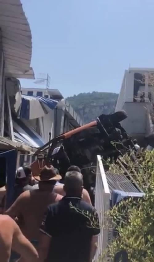 """Il bus precipita sullo stabilimento balneare: """"Molti bimbi a bordo"""""""