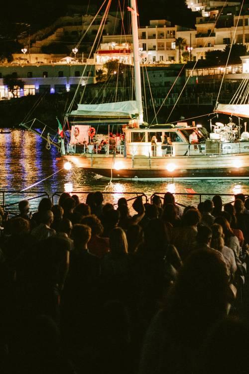 """Canzoni che navigano. Così la musica d'autore arriva a """"Porto Rubino"""""""