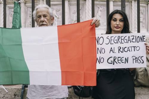 """In Italia febbre da green pass. Ma la piazza del No non tace: """"Mercoledì protesta a Roma"""""""