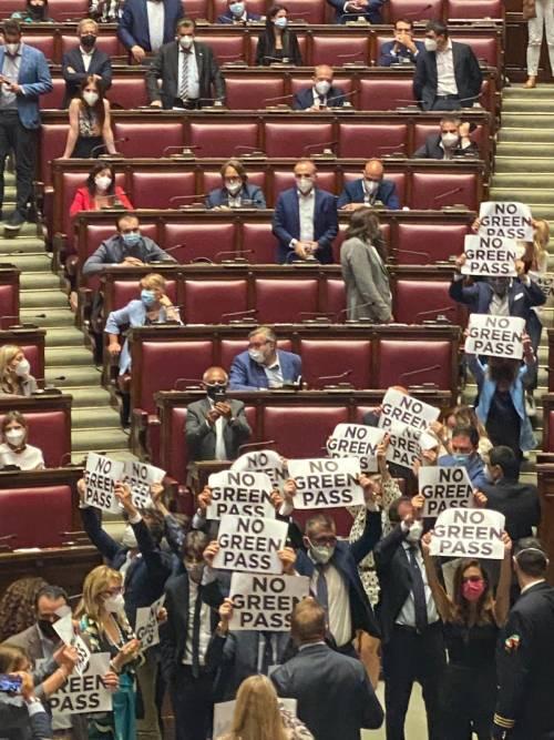 """""""No al Green pass"""": alla Camera scoppia la bagarre"""