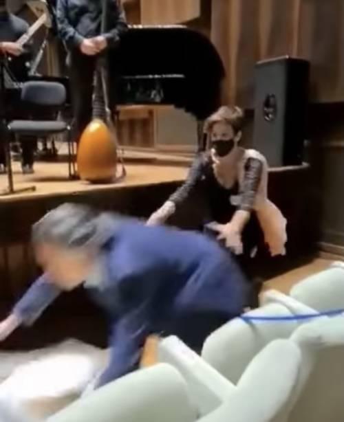 """""""Tanti auguri..."""" e Riccardo Muti cade alla festa per i suoi 80 anni"""