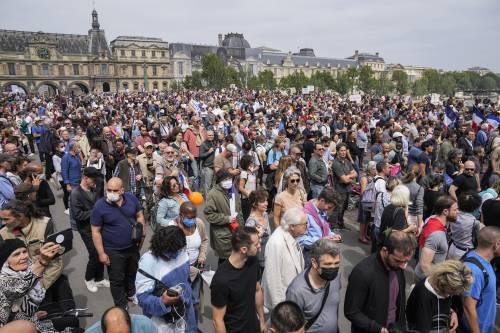 La Francia protesta contro il certificato verde. Dai comunisti all'estrema destra: in 200mila