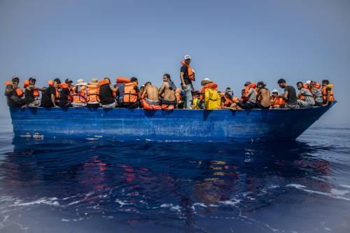 Lampedusa scoppia, l'Ong soccorre altri 400 migranti