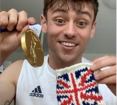 Fare l'uncinetto come il campione olimpico Tom Daley? Fa bene a corpo e spirito