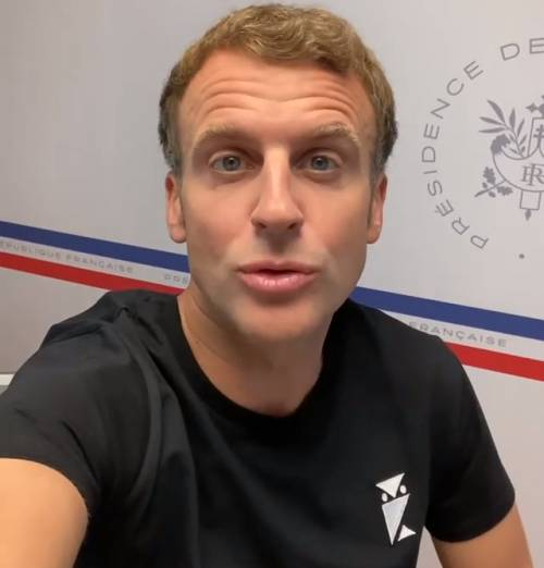 """""""È un simbolo satanico"""". Quel dettaglio sulla maglietta di Macron"""