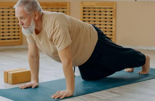Maniglie dell'amore nell'uomo: esercizi per gli over 60