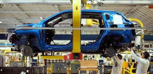 Dato di fatto: l'economia accelera, l'auto frena