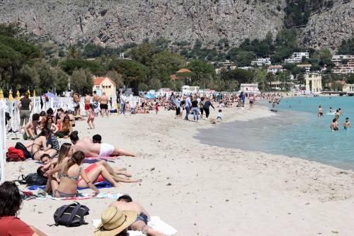 Boom di turisti stranieri. Spiagge prese d'assalto come prima del Covid